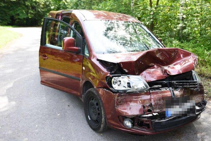Der rote VW Touran ist vorne völlig zerstört.