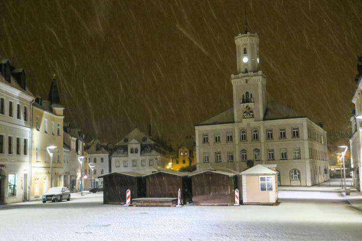Der Markt in Schneeberg ist komplett mit Schnee bedeckt.