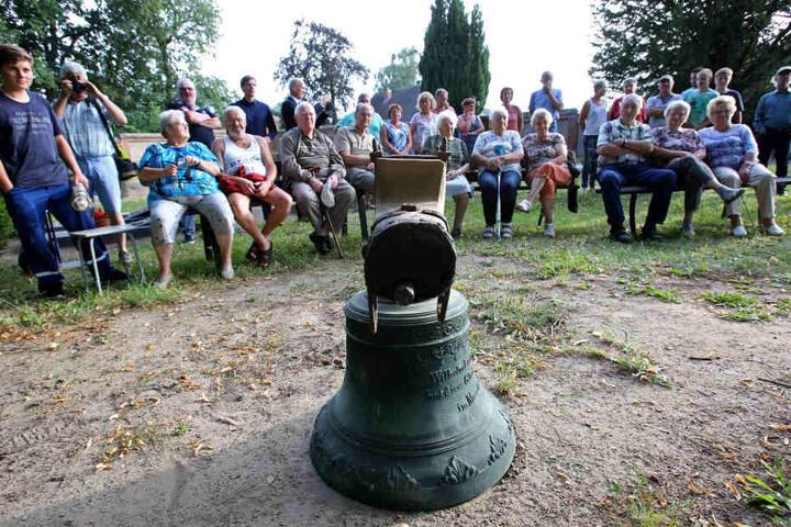 Bewohner in Hohenbrünzow feierten die Rückkehr der Glocke.