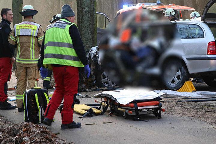 Nach einer ersten Versorgung des schwer verletzten Mannes, schneiden die Rettungskräfte das Autodach weg.