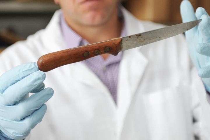An eingelagerten Asservaten könnten sich vielleicht durch neue Technik doch Spuren finden. (Symbolbild)