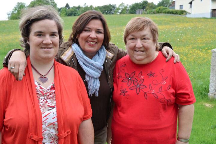 Beate (li.) in der Sendung mit Moderatorin Vera Int-Veen (Mitte) und der im Januar verstorbenen Mama Irene (re.).