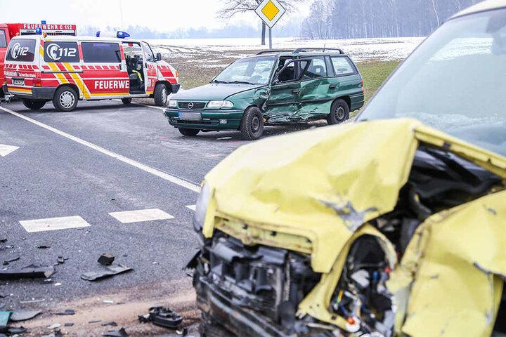 Bei dem Zusammenstoß wurden vier Menschen schwer verletzt.
