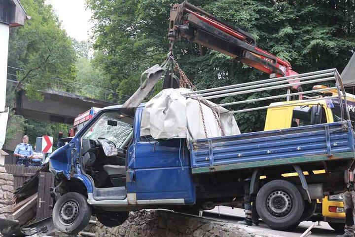Der schwer beschädigte Transporter musste aufwendig abtransportiert werden.