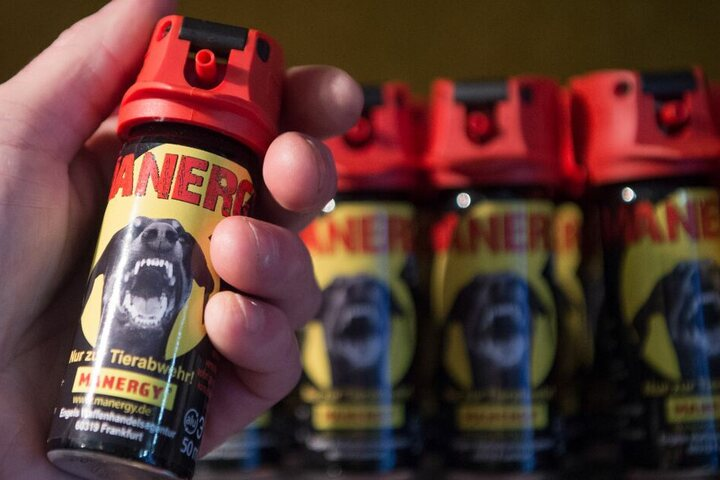 Dutzende Flaschen Pfefferspray stehen bei einem Waffenhändler im Regal.