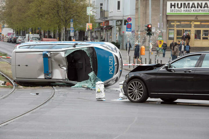Ein Polizeiauto ist am Samstag in Berlin-Friedrichshain schwer verunglückt.