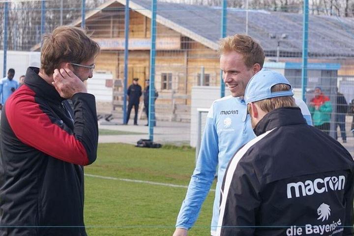 Jürgen Klopp freut sich seinen Ex-Dortmund-Spieler zu treffen: Hendrik Bonmann (M).