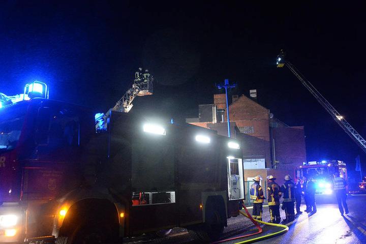 Insgesamt waren etwa 60 Einsatzkräfte der Feuerwehr, zwei Rettungswagen, ein Notarzt und zwei Polizeistreifen vor Ort.