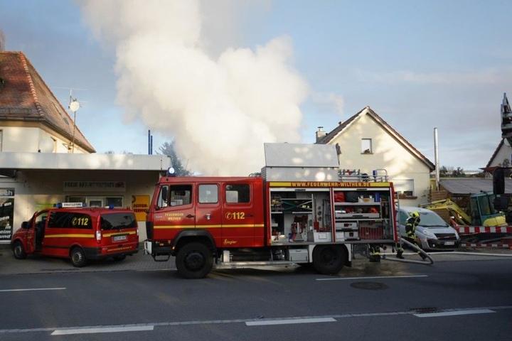 Eine große Rauchwolke stieg von dem brennenden Schuppen empor.