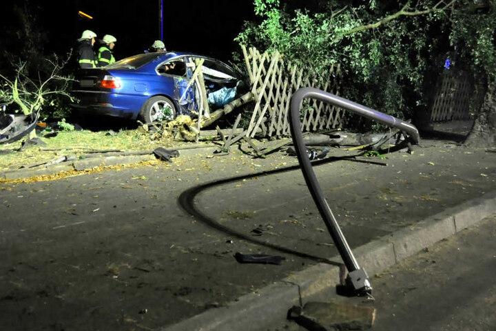 Der Fahrer (24) rammte sowohl eine Straßenlaterne als auch einen Baum und durchbrach dann den Zaun des Seniorenheims.