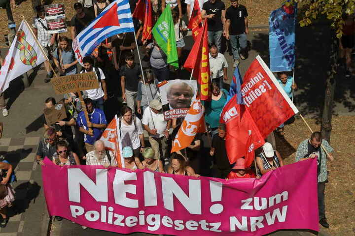 Zu einer Demonstration gegen das neue Polizeigesetz versammeln sich Samstag mehrere Tausend Demonstranten um in der Nähe des Düsseldorfer Hauptbahnhofs.