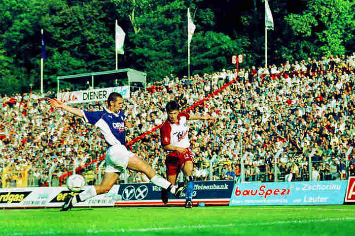 Schon 18 Jahre her: Beim einzigen Pflichtspielauftritt des HSV verlor Aue im DFB-Pokal im August 2000 mit 0:3. Damals war für die Hamburger übrigens ein gewisser Niko Kovac (r., gegen Holger Hasse) am Ball.
