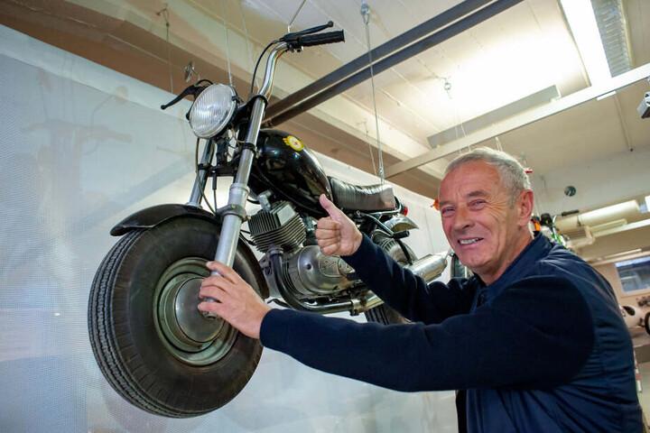 Reinhard Hirsch (67) ist begeistert von diesem selbstgebauten Mini-Mokick (Baujahr 1983).