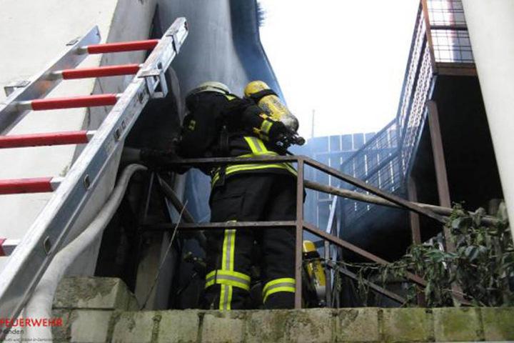 Über Leitern verschafften sich die Feuerwehrmänner zum Teil Zugang zu der Wohnung.
