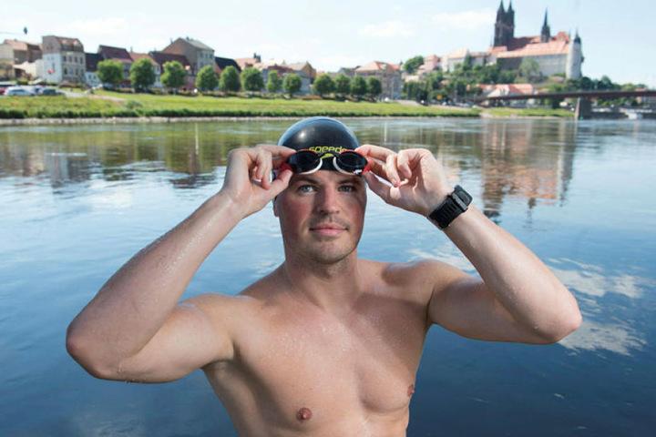 Im Sommer 2017 durchschwamm er die Elbe, jetzt kümmert er sich erstmal ums Schwarzlicht-Golfen.