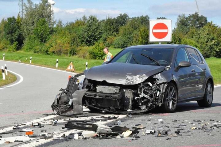 Der VW Golf krachte offenbar frontal gegen das Wohnmobil.