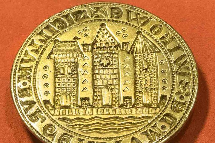 In den Priesterhäusern zu sehen ist auch das älteste erhalten gebliebene Stadtsiegel Zwickaus. Das Unikat aus Messing stammt aus dem Jahr 1290.