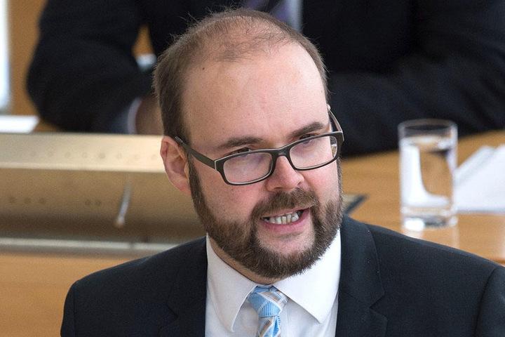 Kultusminister Christian Piwarz (43, CDU) ist entsetzt - die Zeit von Denunziantentum an Schulten dürfe nicht wieder aufleben.