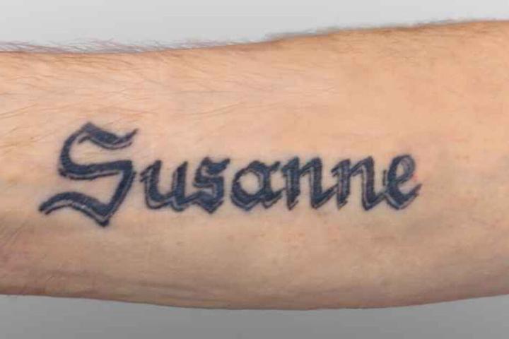 Wer ist Susanne? Der Mann trug eine auffällige Tätowierung am Unterarm.