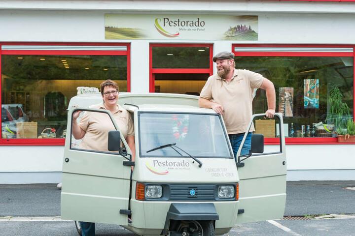 Typisch italienisch: Melanie (37) und Christian Pohl (45) fahren mit ihrem Dreirad Piaggio Nudel-Catering aus.