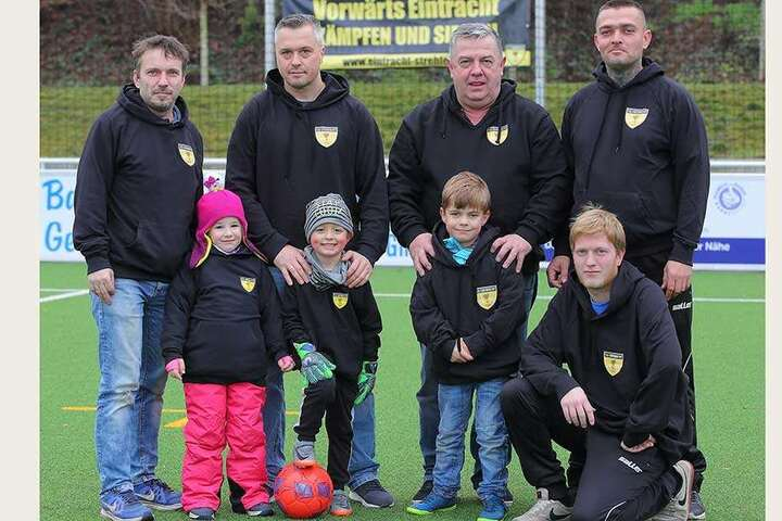 Sportler mit Herz: Die Fußballer und Mitglieder des SV Eintracht Strehlen sammeln Spendengelder ein.