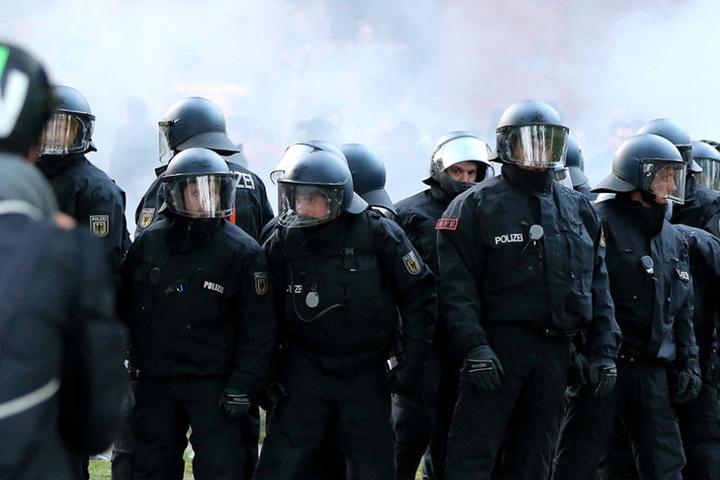 Auch 2017 werden die Polizisten im ganzen Land bereitstehen, um ggf. Ausschreitungen zu verhindern.