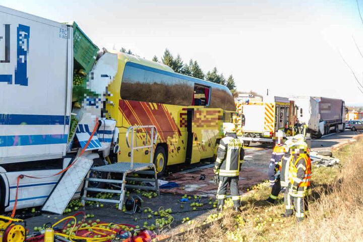 Die Fahrerkabine des 40-Tonners wurde beim Aufprall auf den Reisebus völlig zerstört. Der Lkw-Fahrer erlag seinen Verletzungen.