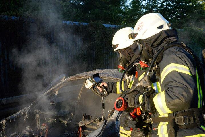 Der BMW erlitt einen Totalschaden. Die Beifahrerin musste wegen einer Rauchvergiftung behandelt werden.