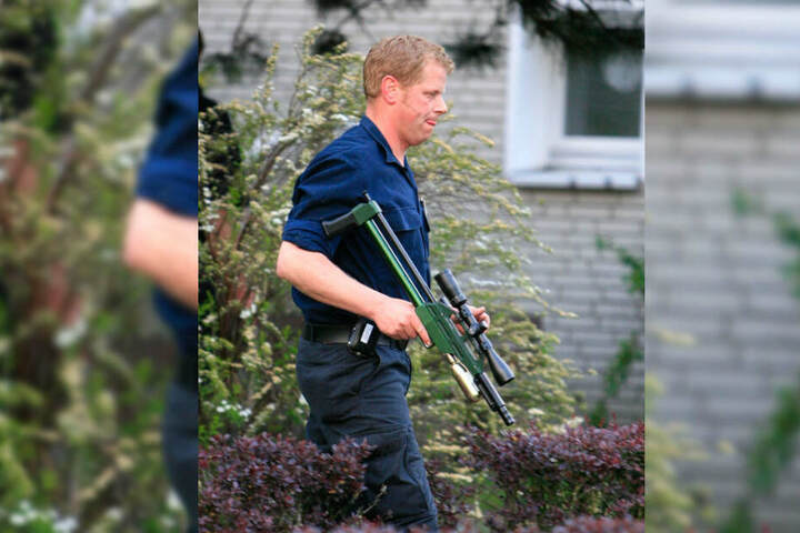 Ein Feuerwehrmann stellte den Hund mit einem Schuss aus dem Betäubungsgewehr ruhig. (Symbolbild)