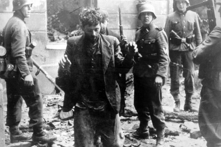 Warschauer Ghetto-Aufstand: Zwei Juden, die sich in einem Haus versteckt hatten, werden von SS-Soldaten gefangen genommen.
