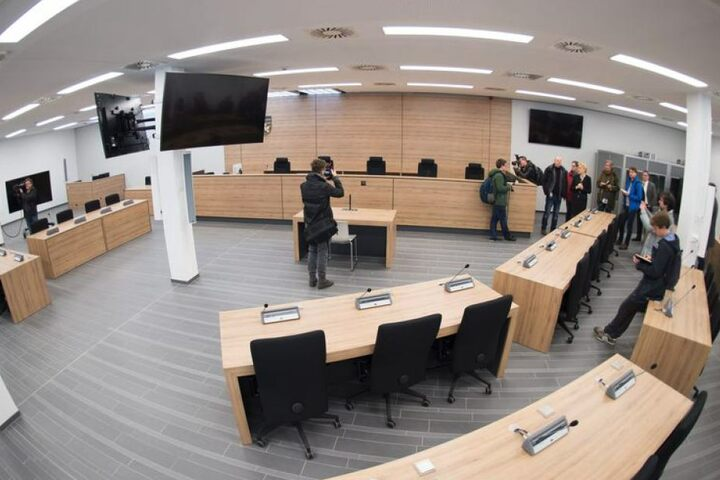 """Die eigentliche Erstaufnahmeeinrichtung für Flüchtlinge wurde zu einem vorläufigen Prozessgebäude umgebaut, da die Säle des OLG Dresden für die erwartete Hauptverhandlung gegen die """"Gruppe Freital"""" nicht die erforderlichen Sicherheitsstandards erfüllen."""