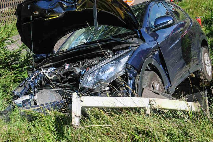 Der Honda war von der Bundesstraße abgekommen und gegen einen Erdwall und einen Zaun gekracht.