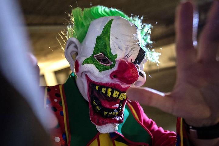 """Immer häufiger attackieren oder erschrecken Leute mit """"Gruselclown""""-Masken Mitbürger auf den  Straßen."""