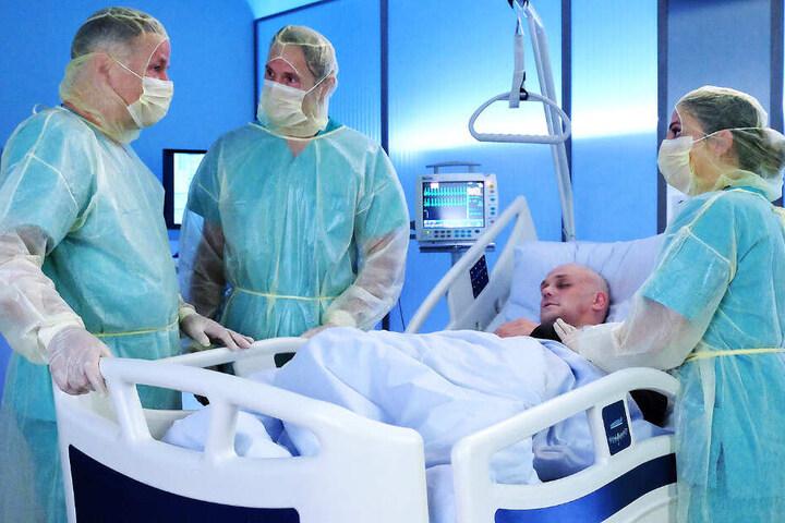 Patient Christoph Faber (Matti Krause) bekommt kurz nach seiner Stammzellen-Transplantation hohes Fieber und Herz-Rhythmus-Störungen.