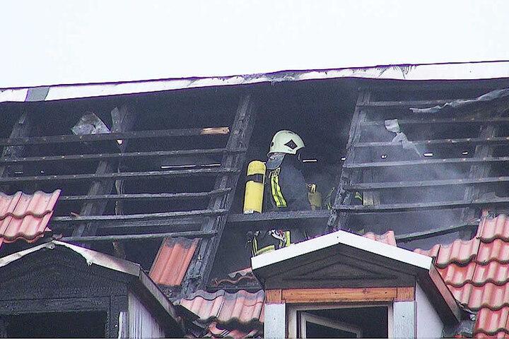 84 Kameraden der Feuerwehr waren stundenlang damit beschäftigt, das Feuer zu löschen.