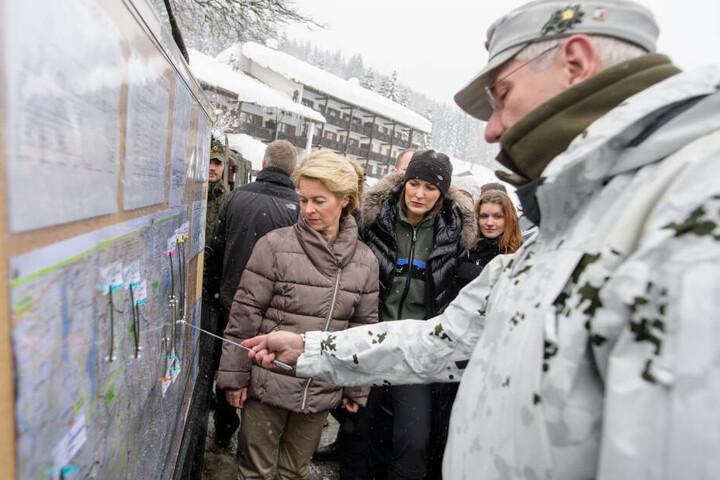 Ursula von der Leyen (l.) hat den betroffenen Landkreise vor Ort weitere Hilfe zugesichert.