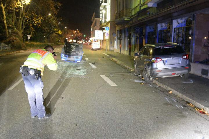 Der geparkte Suzuki (rechts) wurde bei dem Crash schwer beschädigt.
