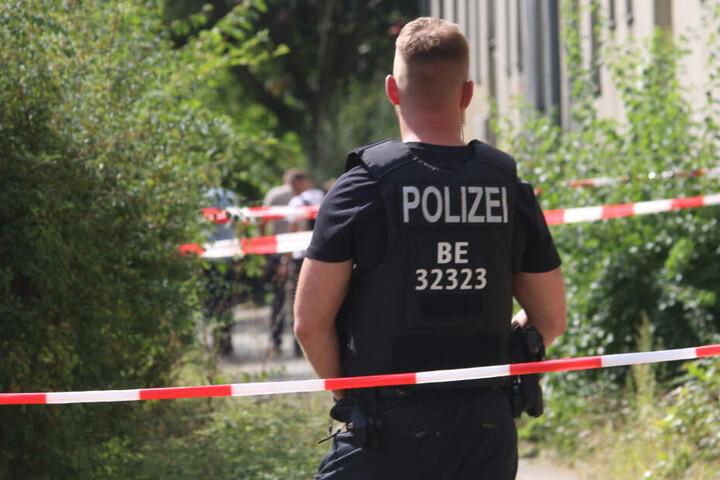 Ein Polizist sichert den Tatort.