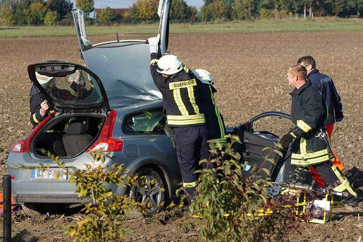 Die Unfallverursacherin musste von der Feuerwehr aus ihrem Wagen befreit werden.