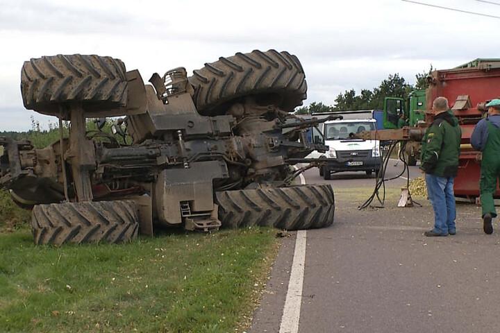 Der Fahrer (22) kippte mit seinem Traktor samt Anhänger auf der Rippachtalstraße um und blockierte die gesamte Straße.