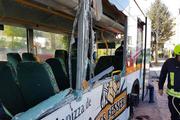 Eine Seite des Busses wurde durch den Unfall zerstört.