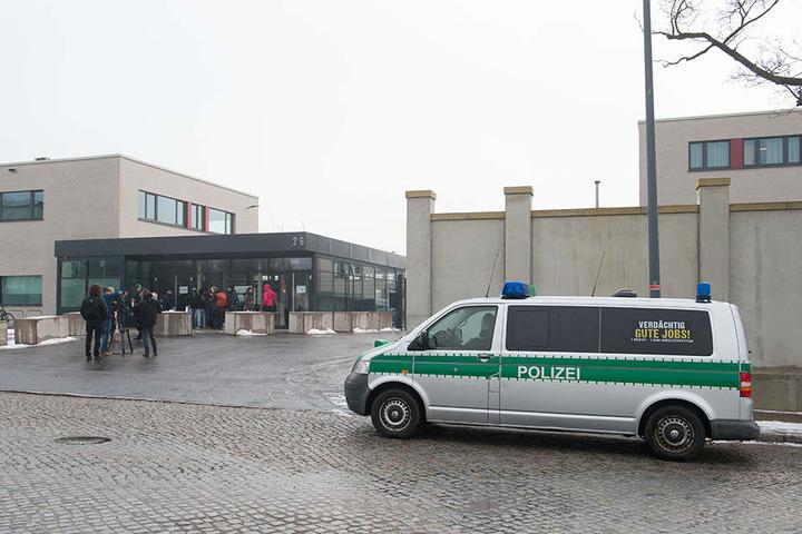 Ein Polizeifahrzeug und Journalisten stehen am 7. März 2018 vor der Justizvollzugsanstalt (JVA) Dresden.