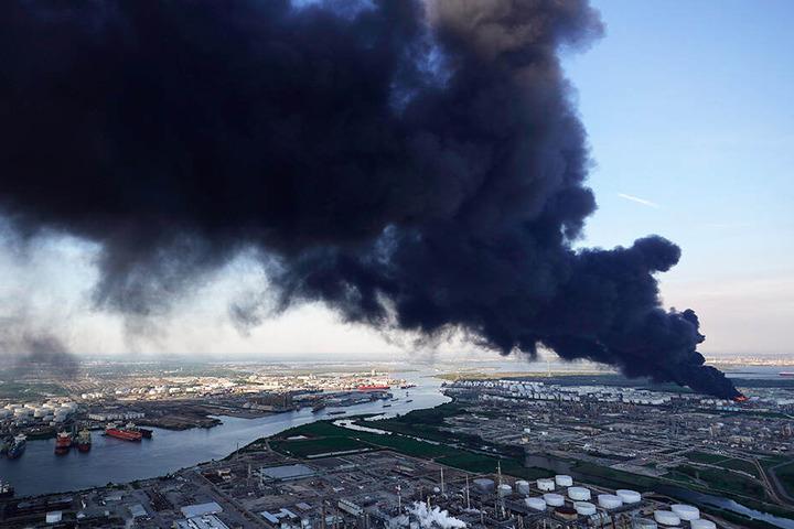 Über die Stadt erstreckte sich eine riesige Rauchwolke.