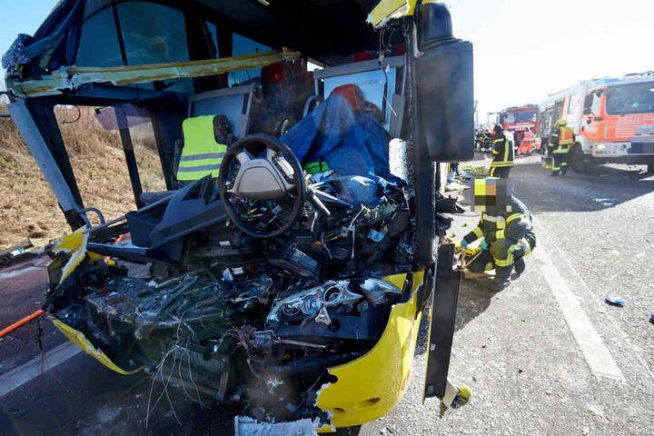 Die Front des Flixbus wurde durch den vor ihm stehenden Lkw komplett zerstört. Der Fahrer des Busses überlebte den Aufprall nicht.