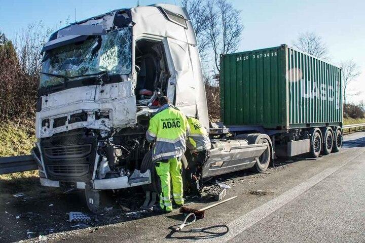 Das Führerhaus des Lkw ist vollkommen beschädigt.
