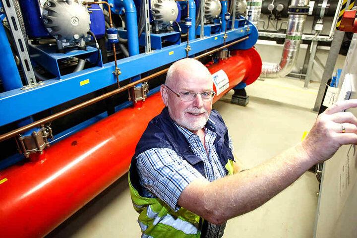 """Lutz Rehwald (55) von der DREWAG prüft im """"Kälte-Herz"""" die Klimatechnik."""