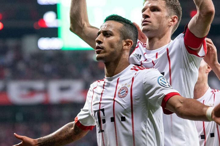 Thiago (vorne) könnte den FC Bayern München im Sommer in Richtung Spanien verlassen.