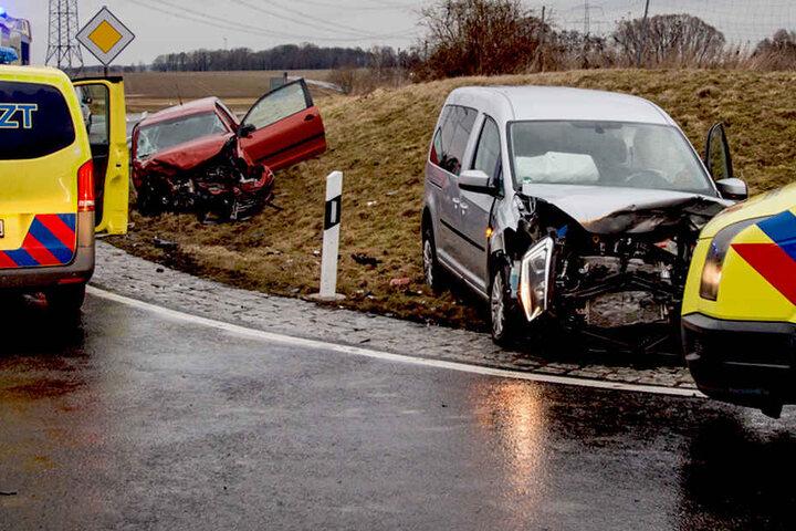 Die Polo-Fahrerin erlitt schwere Verletzungen! Auch die beiden Insassen des VW Caddys mussten vom Notarzt behandelt werden.