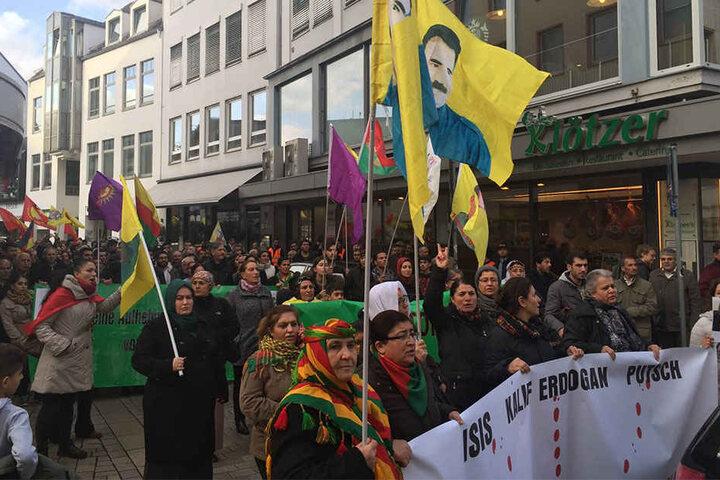 Mit verschiedenen Bannern und Fahnen zogen sie durch die Bielefelder Innenstadt.