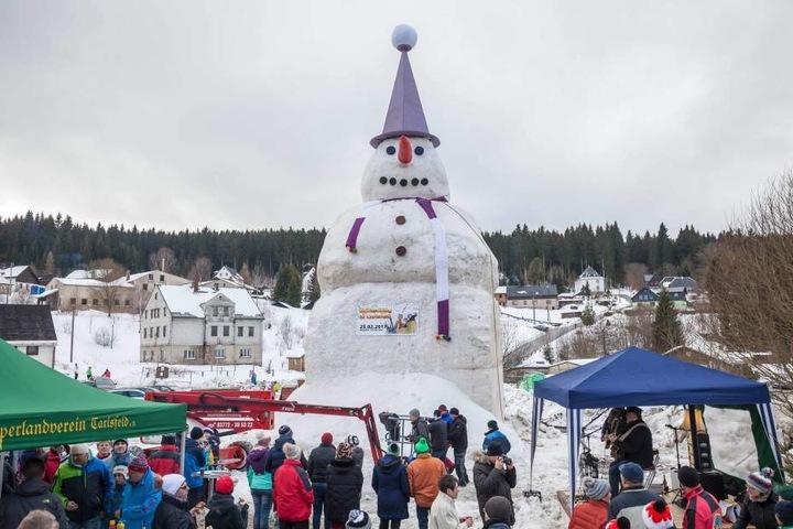Mit mehr als 15 Metern Höhe überragt der Schneemann das Ortsbild von Carlsfeld.